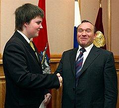 Вице-мэр Москвы Петр Бирюков (справа) объявил бой «Крылову» и «Сулико» — двум кафе на Патриарших. За Бирюкова — милиция, за кафе — местные жители. Пока ничья