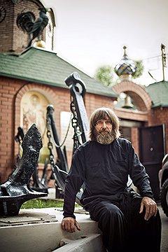 «У меня самая большая в стране коллекция корабельных якорей,— говорит Конюхов.— Одна беда: пополнять коллекцию тяжело, больно уж экспонаты неподъемные»