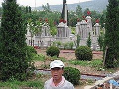 За «советским» кладбищем, примыкающим к русскому, китайские власти ухаживали, там сохранились и могилы, и памятники. «Русская» же часть еще недавно представляла собой непролазные джунгли