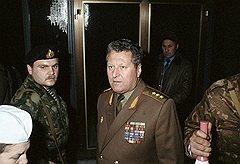 Генерал-полковник Владислав Ачалов отдал приказ командирам пяти воздушно-десантных дивизий выдвинуться в Москву