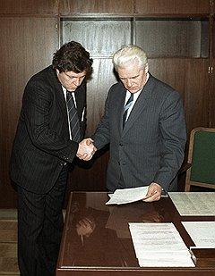 Премьер-министр России Иван Силаев (справа) пригласил Григория Явлинского войти в правительство и осуществить программу «500 дней»