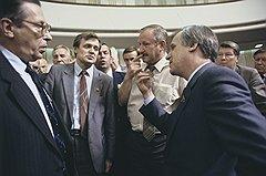 Предсовмина СССР Николай Рыжков (справа) и академик Леонид Абалкин (слева) отстаивали политические и экономические интересы союзного центра
