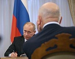 Пока премьер-министр Владимир Путин держит паузу, демонстративно отстранившись от конфликта