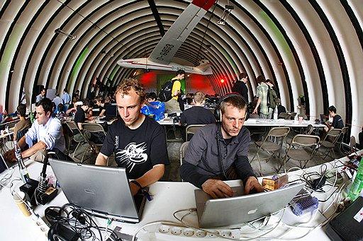 Сегодняшний «электронный мир» без хакеров уже трудно представить. Проводятся даже международные форумы хакеров, которые привлекают внимание серьезных официальных экспертов — у мастеров компьютерного взлома есть чему поучиться. На фото — один из таких международных хакерских «салонов», он прошел во Франции