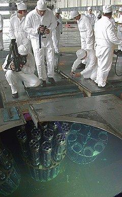 """Радиоактивные сборки, погруженные для технологической выдержки в бассейн с водой, на ПО """"Маяк"""" демонстрируют журналистам"""