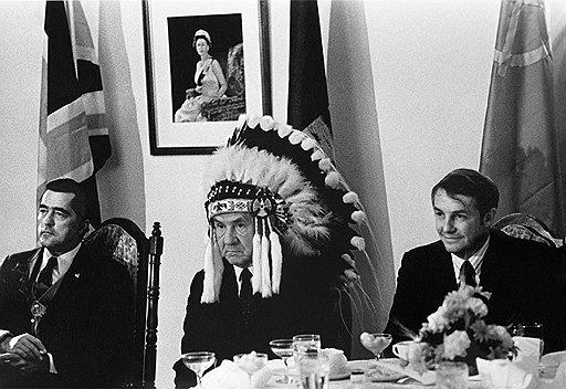 Василий Егоров. А. Н. Косыгин в головном уборе индейца. 1971