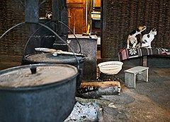 В традиционном абхазском доме очаг — главное и священное место. Сельские жители считают, что городские квартиры — это уже не Абхазия