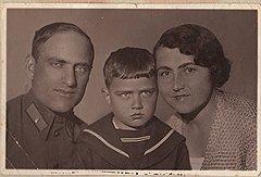 Мераб (в центре) с отцом Константином Николаевичем и матерью Ксенией Платоновной. Середина 1930-х. Из семейного архива