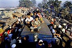 Железные дороги Бангладеш — это 2900 км полотна. Поезда республики перевозят около 40 млн пассажиров в год и с потоком желающих явно не справляются. Даже тем, кто не пожалел денег и купил билет, места хватает далеко не всегда