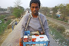 Для одних крыша вагона — посадочное место, для других — рабочее, как, например, для этого торговца сигаретами