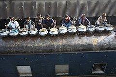 """Продавцы рыбы бронируют места на крыше заранее. Для них купить билет в вагон — значит нанести ущерб своему бизнесу. За всю рыбу они получат всего 2 доллара, а за проезд """"под крышей"""" с них взяли бы ровно половину"""