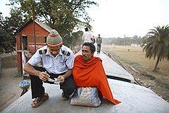 Кондуктор выписывает билет ковровщику из Майменсинга, который едет в Дакку на рынок. Проверки пассажиров на крыше случаются нечасто, но все же бывают, порядок должен соблюдаться не только в вагоне, но и на нем