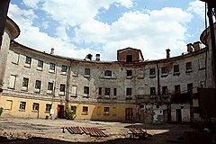 Внутренний двор Морской тюрьмы. Норман Фостер планировал превратить ее в театр
