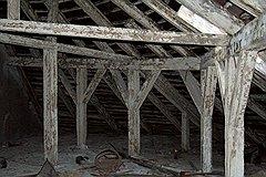 Несмотря на свой почтенный возраст, деревянные стропила лесных складов вполне справляются с нагрузкой