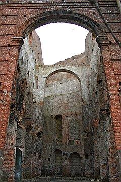 Барочные арки, похожие на гравюры Пиранези, обнажившиеся после пожара 2004 года, следует срочно накрыть крышей или хотя бы сеткой — они осыпаются на глазах