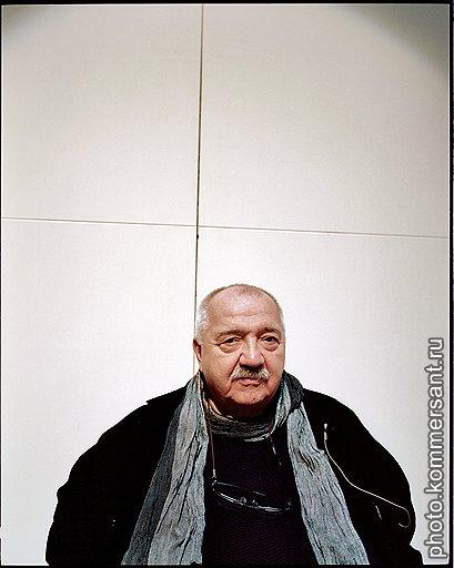 """Роберт Стуруа регулярно бывает в Москве: на этот раз он заехал перед самым Новым годом, чтобы еще раз взглянуть на """"Бурю"""", поставленную им в театре Et Cetera"""