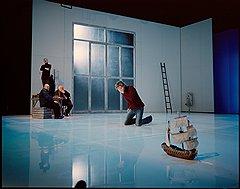 Пока столица готовилась к отдыху, Стуруа лично провел несколько репетиций с российскими актерами. На заднем плане режиссер с Александром Калягиным