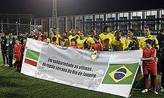 Бразильцы не скрывали, что для них матч в Чечне благотворительный — в поддержку жертв  наводнения в Бразилии. С соответствующим плакатом гости и вышли на поле грозненского  стадиона