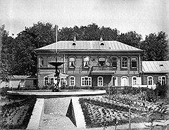"""Эти дома тоже когда-то были и """"родовыми"""", и """"усадьбами"""". Остались лишь фотографии и развалюхи"""