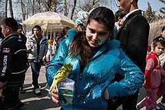 Гадание с попугайчиком — старая традиция Навруза в Узбекистане. Птица вытягивает клювом любое из свернутых в трубочку новогодних пожеланий