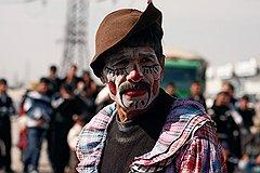 Бродячий цирк на одном из ташкентских базаров — неизменный атрибут народных гуляний. Здесь любой может посостязаться, например в подъеме тяжестей