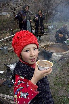 Ритуальным блюдом Навруза в Узбекистане считается сумаляк — это похлебка из проросшего зерна пшеницы и муки, которую варят чуть ли не сутки. На фото эту похлебку едят женщины-учительницы в горном кишлаке. Они добавили в котел с кушаньем камушек — кому он достанется, может загадать желание