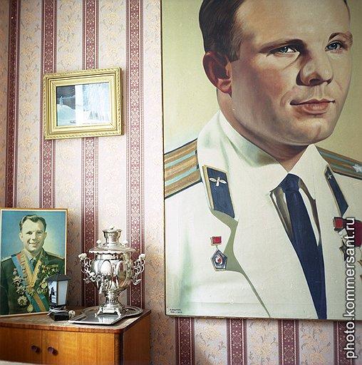 В семье Гагариных было четверо детей. Но стены в родительском доме увешаны портретами одного
