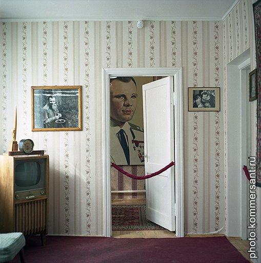 Дом-музей семьи Гагариных, за дверью — кабинет первого космонавта. Вся обстановка — от выключателей и обоев до телевизора с радиолой (предел мечтаний советских граждан 1960-х) — сохранена в неизменном виде