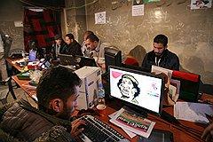"""Пресс-центр для иностранных журналистов — одно из немногих мест в Бенгази, где есть интернет. Часто сюда заходят и местные: кто-то — просто позвонить по """"скайпу"""", кто-то — повоевать на идеологическом фронте"""