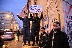 Главный раздражитель оппозиции — режим Каддафи. На фото — самый распространенный лозунг повстанцев