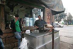 Простые ливийцы готовы бесплатно кормить и пускать на постой всех, кто, по их мнению, помогает борьбе с тиранией