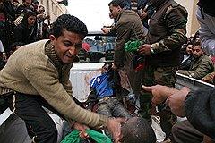 Если в плен к повстанцам попадет ливийский солдат, он отделается легким испугом. У чернокожих наемников (на фото) шансов выжить очень мало — их просто линчуют