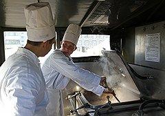 Одно из стандартных блюд полевой кухни, гречку с тушенкой, готовят в больших котлах в прицепной кухне. А пропорции продуктов для нее высчитываются еще на занятиях в аудитории