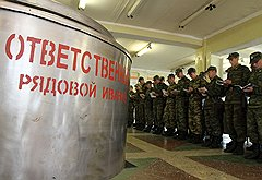 Несколько часов в день солдаты тратят на кулинарные лекции. На фото — новобранцы перед занятиями