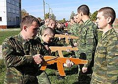 Будущие военные повара, как и обычные солдаты, должны пройти строевую подготовку. Только вместо настоящих автоматов им пока дают макеты