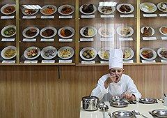 В военной школе поваров порядок такой: что приготовил, то и будет на обед. На стенде — муляжи, которые наглядно демонстрируют новичкам, как выглядит то или иное блюдо
