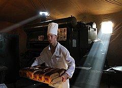 Особый шик полевой кухни — собственная хлебопекарня. За просев муки и замес теста отвечают разные люди. На выходе — свежий хлеб без искусственных добавок
