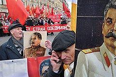 Сталинисты, как всегда, пришли с портретами вождя