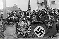 Королю довелось принимать в румынской столице разные парады: и с немецкими союзниками на фоне свастики...