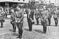 Король Михай I (на переднем плане), диктатор Антонеску (слева) в день национального праздника Румынии 10 мая 1942 года