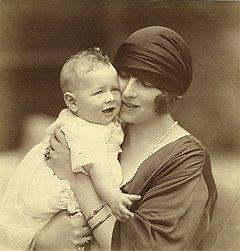 Королева Елена и принц Михай. На этом снимке будущему королю всего год