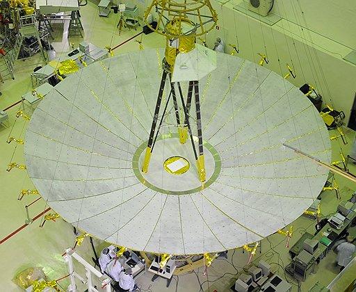 """Ученые тестируют открытое зеркало 10-метровой антенны. В испытательном зале оно еще не покрыто защитным слоем """"золотой"""" фольги"""