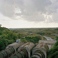 Инфраструктура Ингурской ГЭС — не лучший фрагмент местного пейзажа. Объект, разрушенный местами, но до сих пор стратегический и для Абхазии, которая получает отсюда треть электричества, и для Грузии, которая потребляет остальное. Когда российские специалисты отстроят полноценную границу по линии раздела, это будет единственная связующая нить прежде неделимой республики