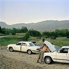 Заза Каталандзе и Тамаз Жвания состоятельные люди — у них есть автомобили. Чиниться, правда, приходится часто, как и теперь — после переправы через ручей