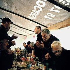 После войны 1993 года грузинским беженцам разрешили вернуться только в один район Абхазии — Гальский. Но многие семьи остаются разделенными по сей день, и любая встреча — праздник для всей родни. Как и этот накрытый стол в деревне Чхортоли: Нико Джологуа собрал гостей в честь своей сестры, которая вместе с мужем приехала в Абхазию из Грузии первый раз за 15 лет