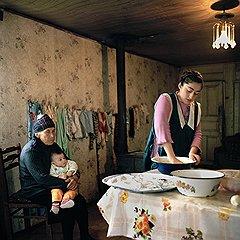 Кристине всего 14 лет, но она уже знатная хозяйка — печет хлеб под присмотром бабушки Ламары и маленького Гиги в селе Тагилони