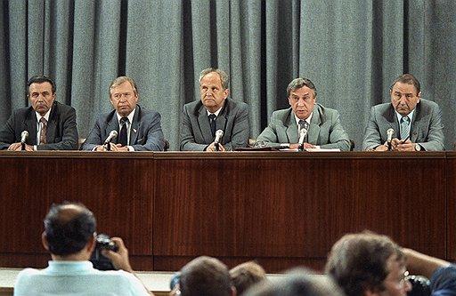 Члены ГКЧП Александр Тизяков, Василий Стародубцев, Борис Пуго, Геннадий Янаев и Олег Бакланов на пресс-конференции 19 августа 1991 года. Остальные заговорщики остались за кадром