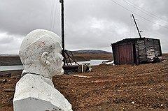 Печально смотрит гипсовый Ильич на чукотскую землю. Золота все меньше. Кругом запустение и разруха