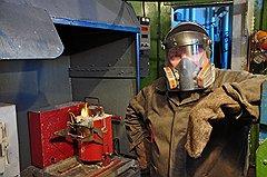Плавка золота — вредное производство. Металл вместе с бурой просто смердит. Феофилыч плавит его уже много лет