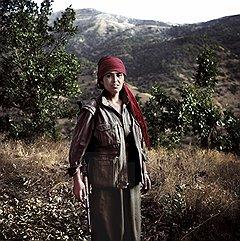 "Девушки, как и мужчины, в курдских отрядах ""теряют"" имена, ко всем обращаются ""товарищ"". Слева направо: три товарища — Текочин, Дерсим и Куди"